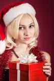 Muchacha con el rectángulo de regalo rojo Imagen de archivo libre de regalías