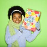 Muchacha con el regalo. Imagen de archivo