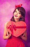 Muchacha con el regalo Imagen de archivo libre de regalías