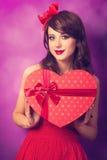 Muchacha con el regalo de la forma del corazón Imagen de archivo