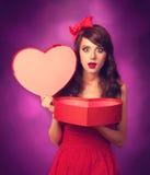 Muchacha con el regalo de la forma del corazón Imágenes de archivo libres de regalías