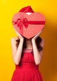 Muchacha con el regalo de la forma del corazón Fotografía de archivo