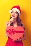 Muchacha con el regalo de la forma del corazón Foto de archivo libre de regalías