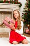 Muchacha con el regalo de la Navidad Foto de archivo libre de regalías