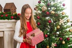 Muchacha con el regalo de la Navidad Fotos de archivo