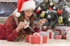 Muchacha con el regalo de Navidad Imagen de archivo
