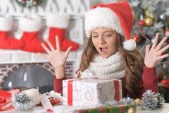 Muchacha con el regalo de Navidad Fotografía de archivo libre de regalías