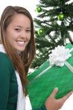 Muchacha con el regalo de Navidad Foto de archivo