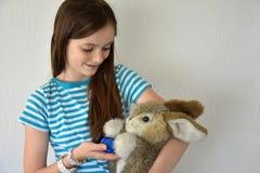 Muchacha con el regalo de pascua Foto de archivo libre de regalías