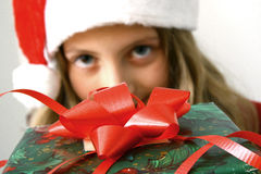 Muchacha con el regalo rojo Fotografía de archivo