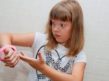 Muchacha con el reloj Imagen de archivo libre de regalías