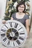 Muchacha con el reloj del Año Nuevo Imagen de archivo libre de regalías