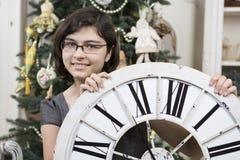 Muchacha con el reloj del Año Nuevo Fotografía de archivo libre de regalías