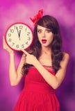 Muchacha con el reloj grande Fotografía de archivo