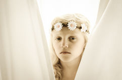 Muchacha con el retrato de las flores foto de archivo