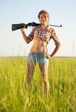 Muchacha con el rifle de aire Foto de archivo libre de regalías
