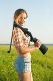 Muchacha con el rifle de aire neumático Foto de archivo