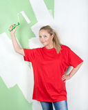 Muchacha con el rodillo de pintura a disposición Fotografía de archivo libre de regalías