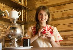 Muchacha con el samovar tradicional Fotografía de archivo libre de regalías