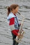 Muchacha con el saxofón Imagenes de archivo