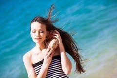 Muchacha con el seashell Imagen de archivo libre de regalías