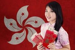 Muchacha con el sobre y la bandera de Hong Kong Imagenes de archivo