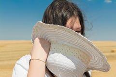 Muchacha con el sombrero blanco fotografía de archivo