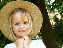 muchacha con el sombrero de paja Fotografía de archivo libre de regalías
