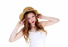Muchacha con el sombrero de paja. Foto de archivo