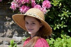Muchacha con el sombrero de paja Imagen de archivo