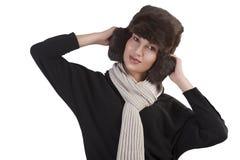 Muchacha con el sombrero de piel y con la bufanda con actitud de la diversión Imagenes de archivo