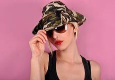 Muchacha con el sombrero del ejército Imagenes de archivo