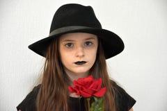 Muchacha con el sombrero del ` s de los hombres negros y los labios negros Fotografía de archivo libre de regalías