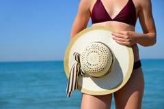 Muchacha con el sombrero del sol en la playa tropical soleada Fotos de archivo libres de regalías