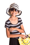 Muchacha con el sombrero del verano, las gafas de sol y el bolso X Foto de archivo