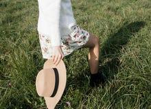Muchacha con el sombrero a disposición Imagenes de archivo