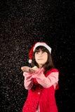 Muchacha con el sombrero en la Navidad con nieve Imagen de archivo