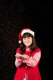 Muchacha con el sombrero en la Navidad con nieve Fotos de archivo libres de regalías