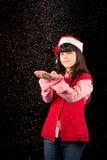 Muchacha con el sombrero en la Navidad con nieve Fotos de archivo