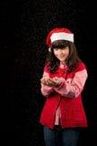 Muchacha con el sombrero en la Navidad con nieve Foto de archivo libre de regalías