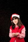 Muchacha con el sombrero en la Navidad con nieve Fotografía de archivo