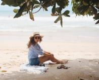 Muchacha con el sombrero en la playa Foto de archivo