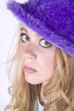 Muchacha con el sombrero púrpura Imagen de archivo