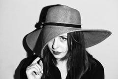 Muchacha con el sombrero rosado blanco y negro Foto de archivo libre de regalías