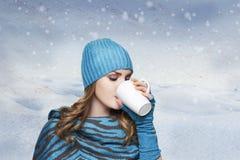 Muchacha con el sombrero y la bufanda blancos en concelt de invierno del suéter Foto de archivo