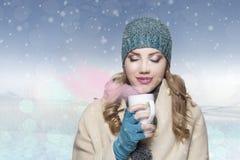 Muchacha con el sombrero y la bufanda blancos en concelt de invierno del suéter Fotografía de archivo
