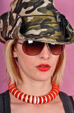 Muchacha con el sombrero y las gafas de sol del ejército Foto de archivo libre de regalías