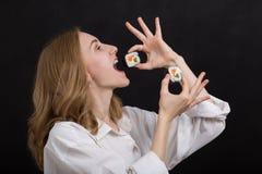 Muchacha con el sushi Imagen de archivo