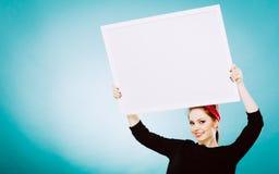 Muchacha con el tablero de la presentación en blanco Fotografía de archivo libre de regalías