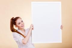 Muchacha con el tablero de la presentación en blanco Fotos de archivo libres de regalías